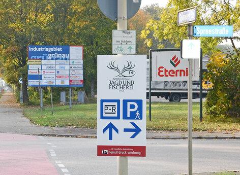 Hinweisschilder Parkplatz für Messeveranstaltung