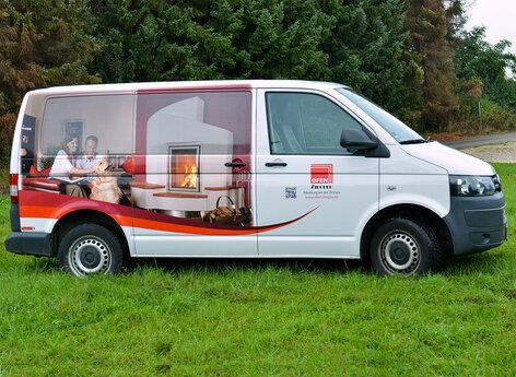 VW Bus mit Bildmotiv und Lochfolie beschriftet