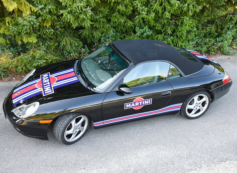 Porsche schwarz mit Martini Design