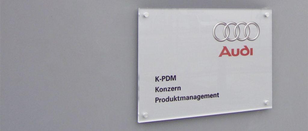 Firmenschild aus Acrylglas von der Rückseite beschriftet