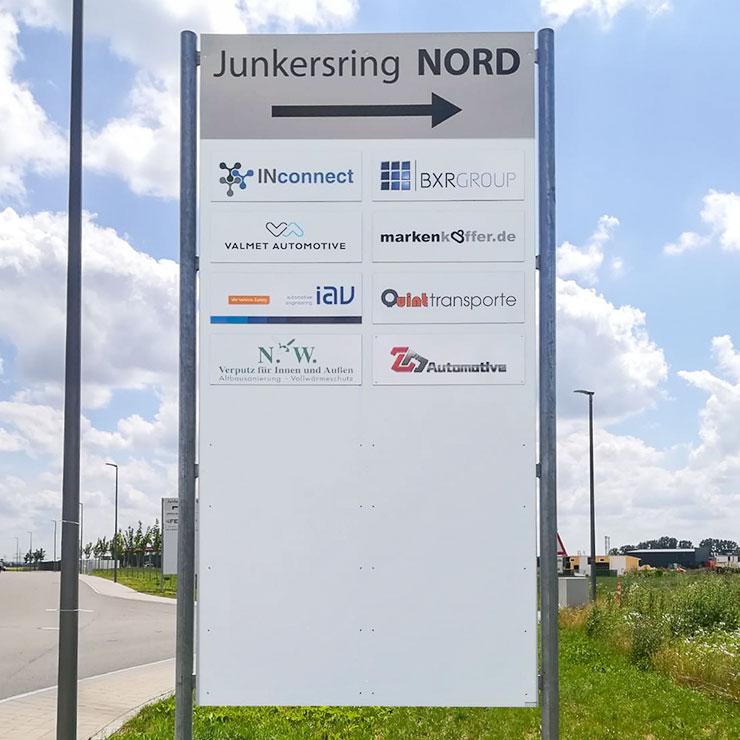 Leitsystem für Gewerbegebiet in Ingolstadt mit austauschbaren Firmenschildern