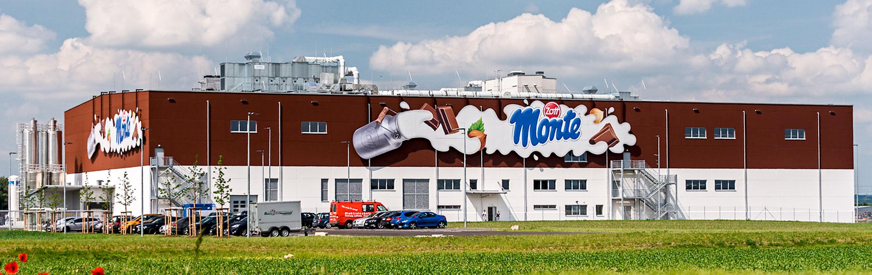 XXL formgefräste Fassadenbeschilderung an Werk für Zott