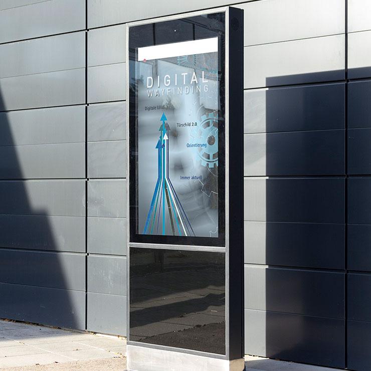Outdoor Stele: interaktive Bedienung mit einem Touchscreen oder Buttonsystem realisierbar.