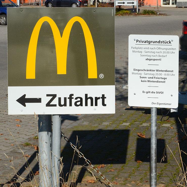 Hinweisschild für McDonalds