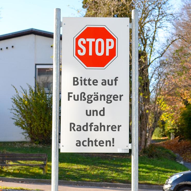 Hinweisschild mit Verkehrszeichen Ausfahrt