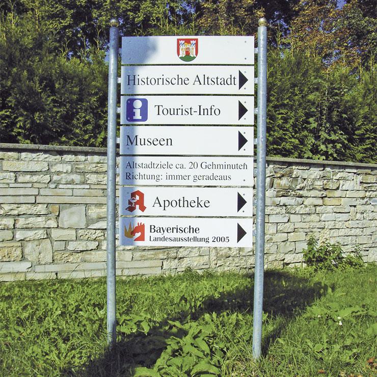 Stadtbeschilderung mit touristischen Hinweisen