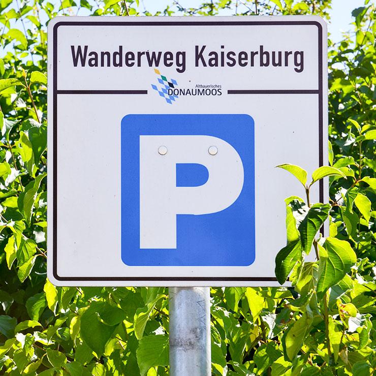 Parkplatzschild mit verzinktem Stahlpfosten.