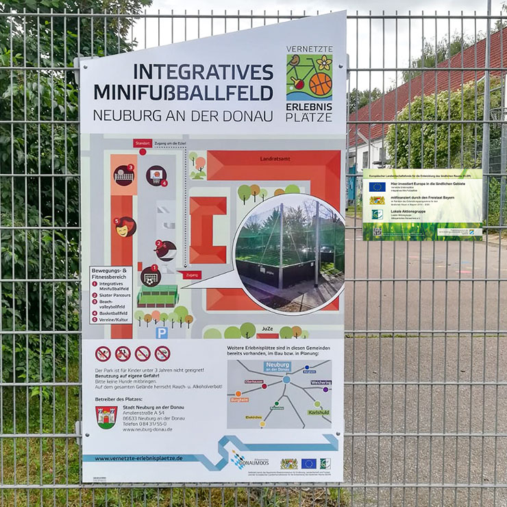 Infotafel für einen Spielplatz mit Übersichtsplan, Verbots- und Gebotszeichen und Betreiberinformationen.