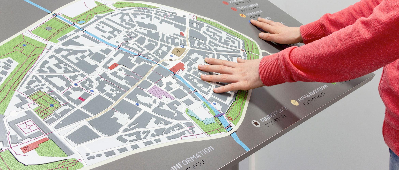 Taktiler Stadtplan für Blinde und Menschen mit Sehbehinderung
