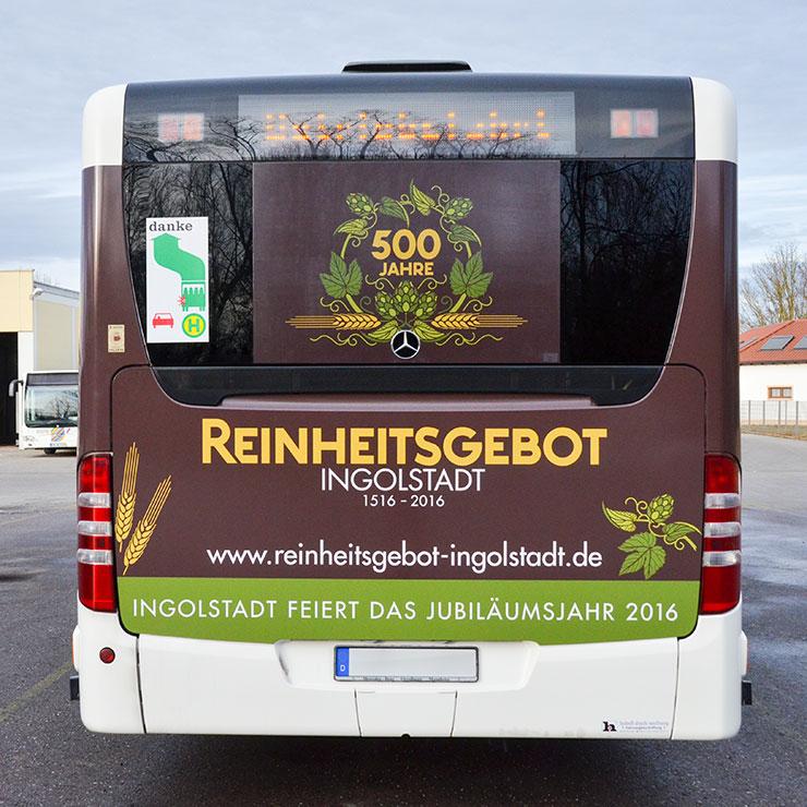 Fensterlochfolie an Gelenkbus.