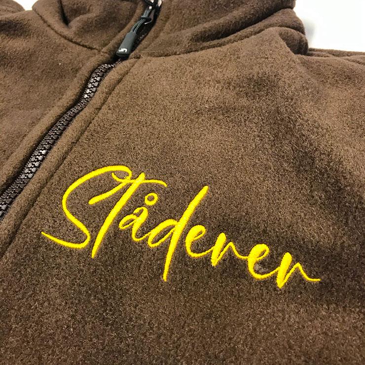 Fleece-Jacken mit Goldfaden auf der Brust bestickt