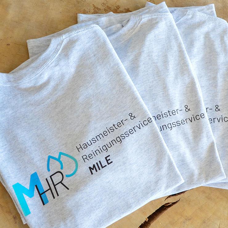 Basic T-Shirts im Digitaltransferdruck auf Vorder- und Rückseite beschriftet