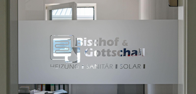 Glasflächengestaltung mit Glasgravurfolie und ausgespartem Firmenlogo