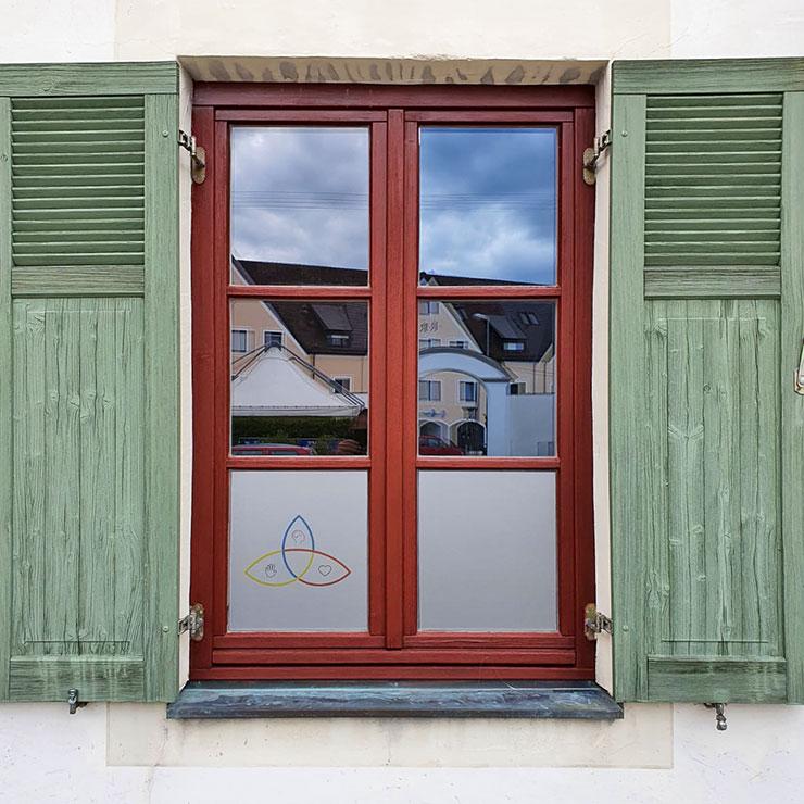 Werbung und Sichtschutz: bedruckte Glasgravurfolie von außen beklebt