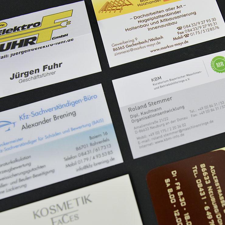 Visitenkarten aus verschiedenen Papieren