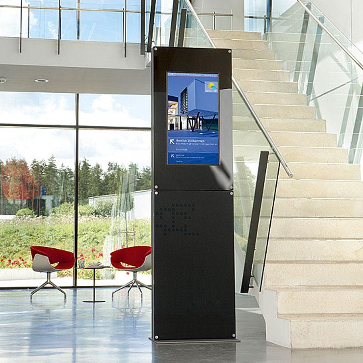 Stele mit Digital Signage für Leitsystem